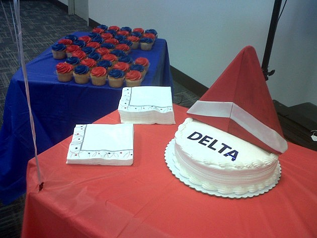 photo of Delta Airlines cake and cupcakes