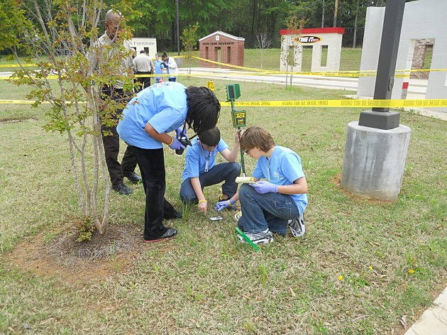 photo of students looking for clues at CSI camp